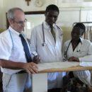 Dr. Ángel Luis García Forcada en su visita al Hospital Kitovu de Uganda. F/: Rotary Doctor Bank